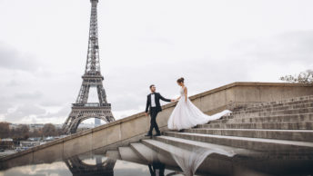noivos em Paris em frente a Torre Eiffel