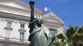 mini estátua da liberdade na França