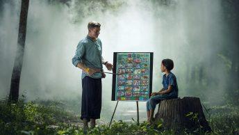 adulto ensinando criança na floresta