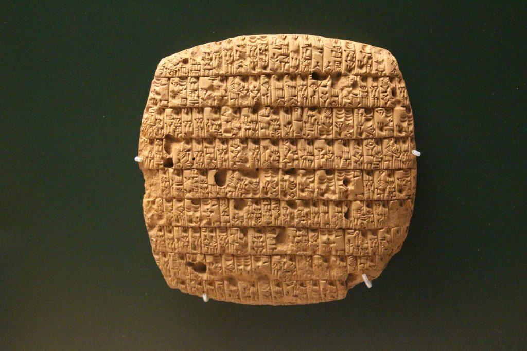 A escrita cuneiforme é a designação geral dada a certos tipos de escrita feitas com auxílio de objetos em formato de cunha. É juntamente com os hieróglifos egípcios, o mais antigo tipo conhecido de escrita, tendo sido criado pelos sumérios há cerca de 3 200 a.C.