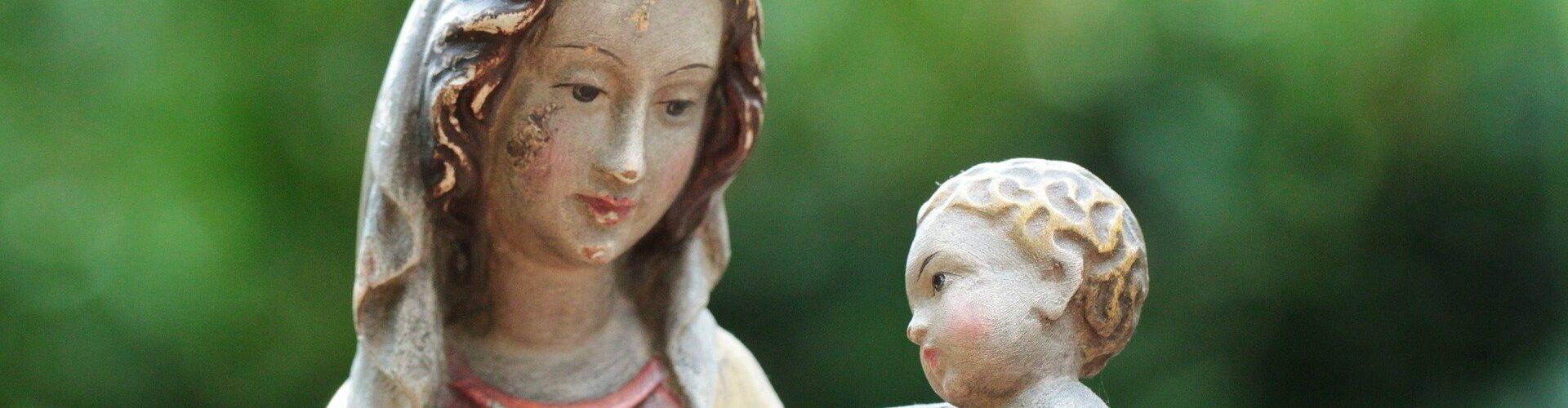Nossa Senhora com segurando Jesus criança